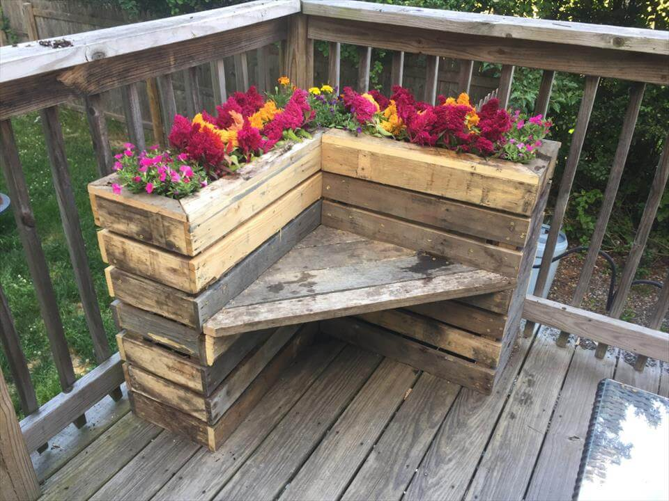 Diy pallet bench with flower box for corner pallets pro for Flower bench ideas