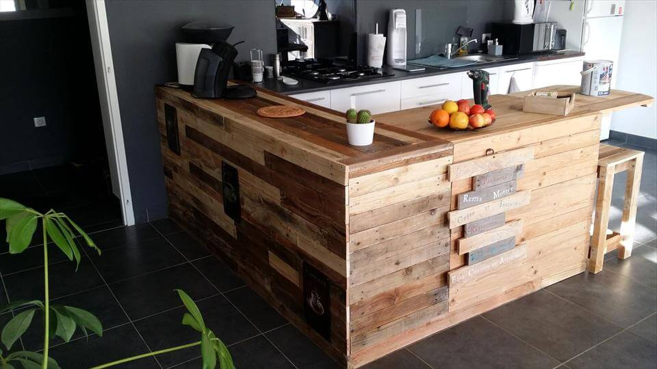 Pallet kitchen counter with breakfast table storage pallets pro - Fabriquer table palette ...